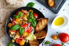 sałatka panzanella z pomidorami i chrupiącymi grzankami
