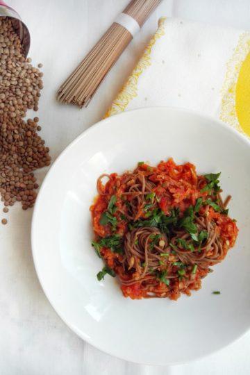 Makaron soba w pomidorowym sosie z czerwonej soczewicy