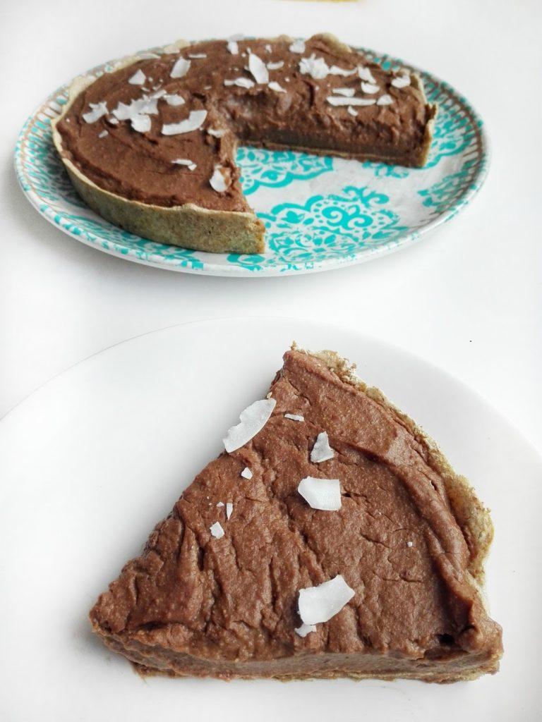 Tarta czekoladowa bez dodatku cukru i białej mąki. Cudowny, intensywny czekoladowy smak na zdrowym pełnoziarnistym spodzie.