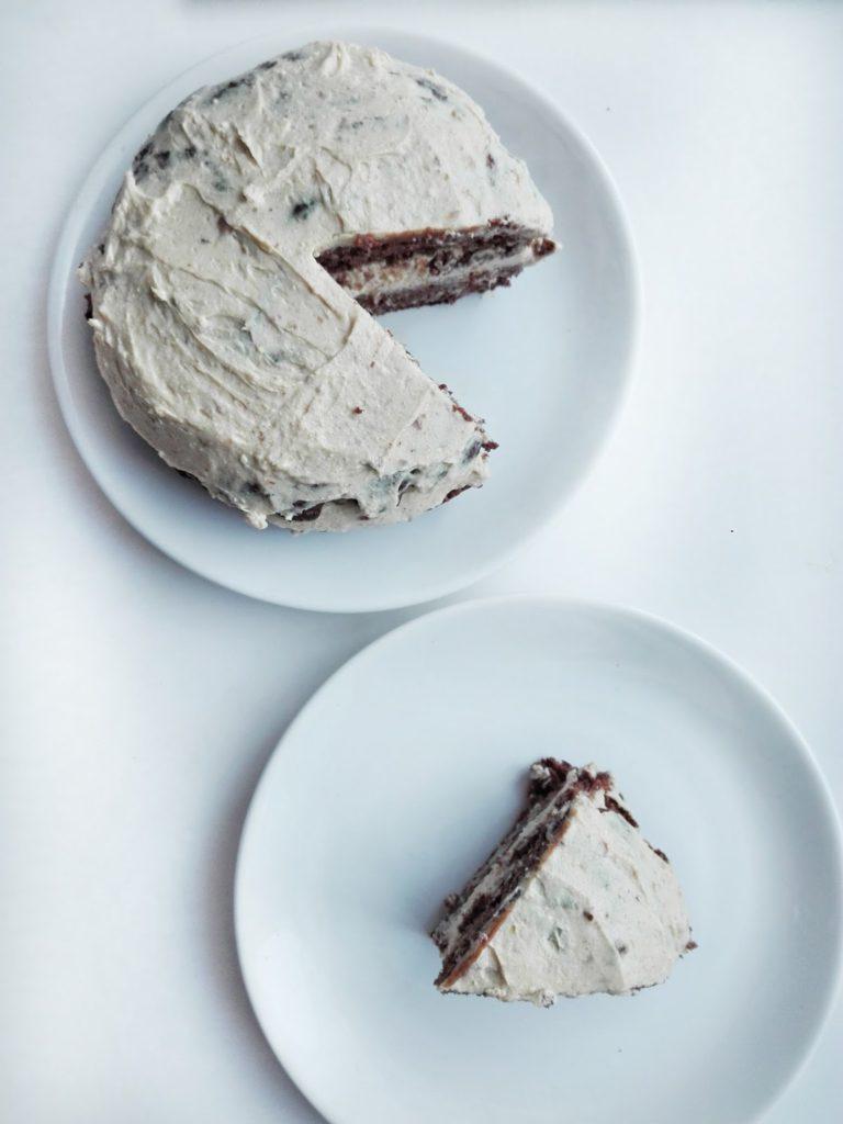 Zdrowy tort kakowy na bazie fasolowego brownie. Przełożony masą waniliową zrobioną z twarożku, daktyli i budyniu.  bez cukru i białej mąki.