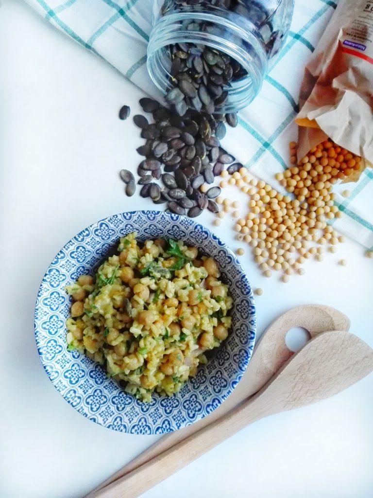 Szybki obiad z ciecierzycy i ryżu w lekko orientalnym klimacie.