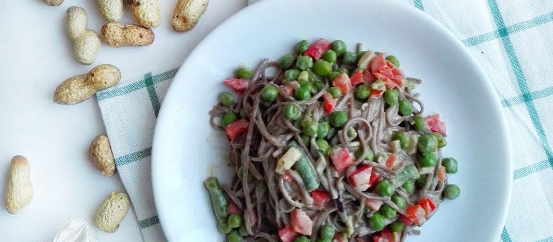 Makaron w sosie orzechowym z warzywami - kreatywny sposób na kryzysowy obiad