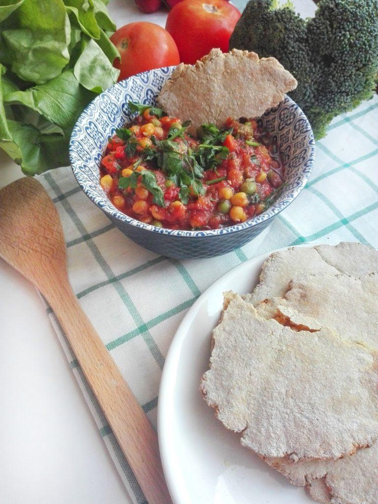 Potrawka z ciecierzycy i warzyw w pomidorowym sosie. Wegetariańskie i szybkie danie z wykorzystaniem resztek z lodówki.