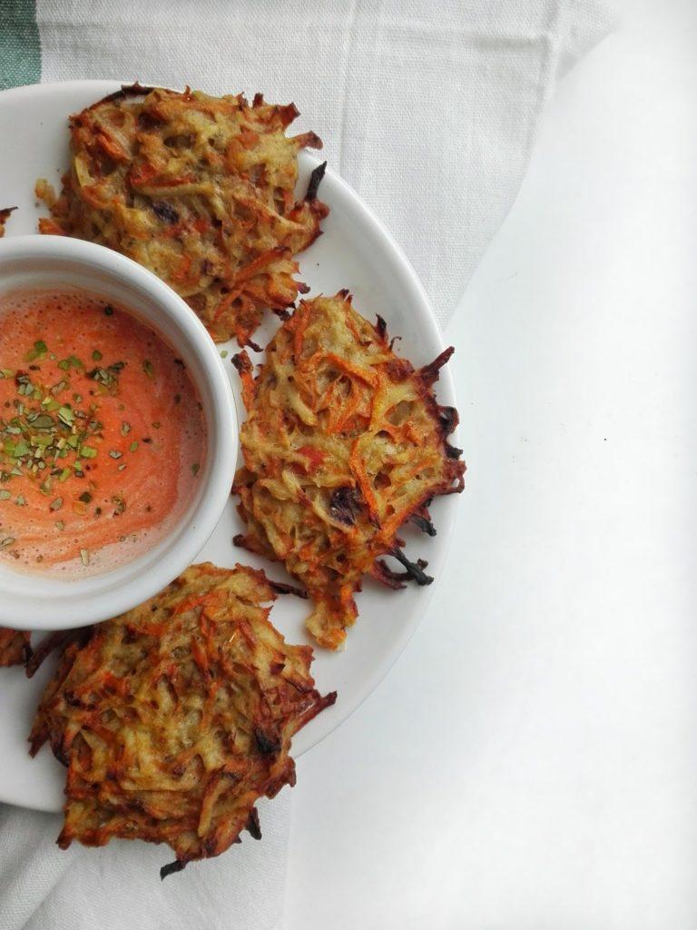 Odchudzone placki ziemniaczano-marchewkowe, szybka i zdrowsza opcja klasycznego dania.