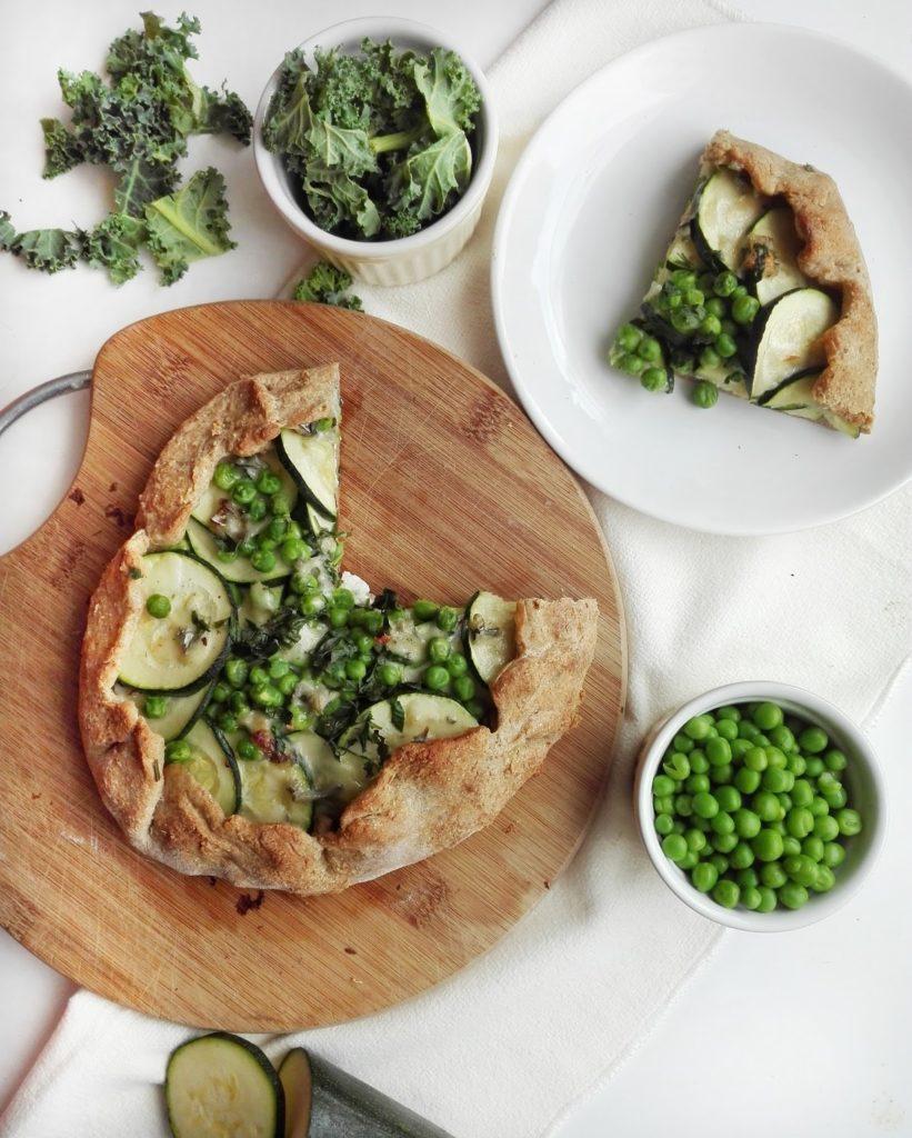 Zdrowa tarta rustykalna na pełnoziarnistym spodzie z cukinią, groszkiem i serem pleśniowym.