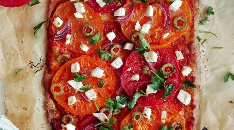 Zdrowa pizza na spodzie z twarogu