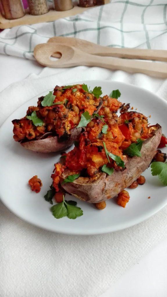 Faszerowane bataty nadziane ciecierzycą, pomidorami, twarogiem z sosem sezamowym