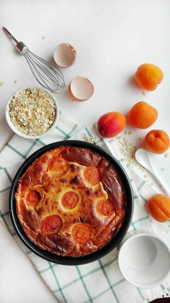 Zdrowy sernik z brzoskwiniami na owsianym spodzie. Pyszny deser bez dodatku cukru