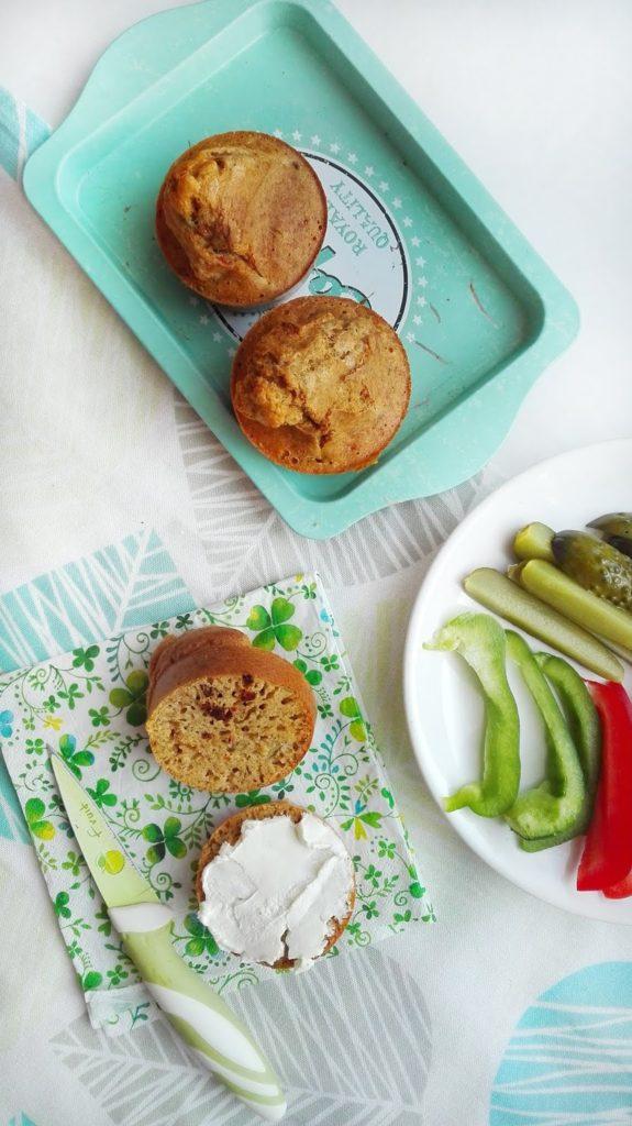 Pełnoziarniste domowe bułeczki z oliwkami i suszonymi pomidorami.