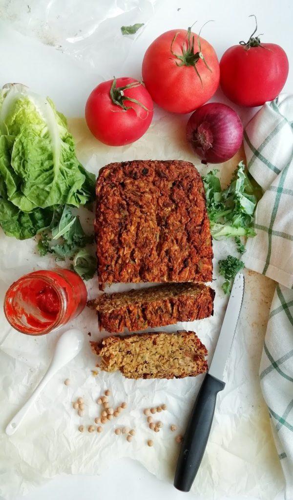 Pasztet warzywny z cukinii i ciecierzycy. Pyszny dodatek na kanapkę, pożywny składnik sałatki lub zdrowa przekąska.