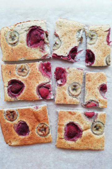 Pieczony omlet z owocami i kilka pomysłów na zdrowe przekąski