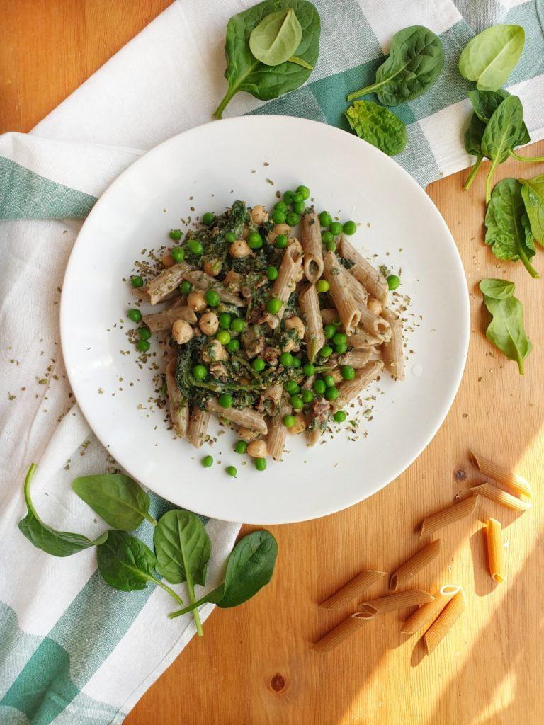 Makaron ze szpinakiem, ciecierzycą i zielonym groszkiem