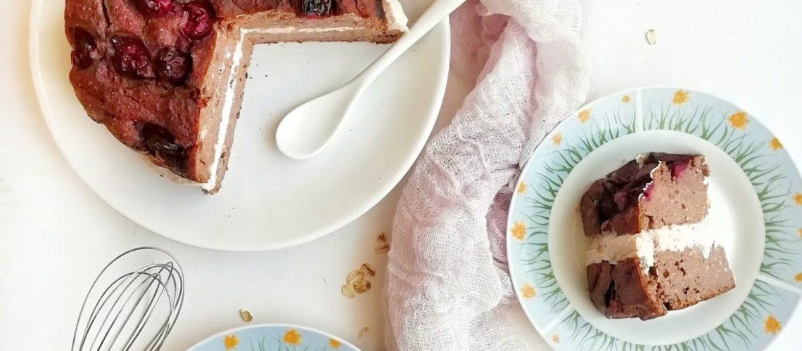 Torcik kakaowy z kremem, słodki deser bez cukru