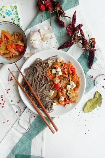 Makaron z warzywami w kremowym orzechowym sosie