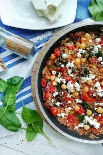 Pomidorowa komosa ryżowa ze szpinakiem, ciecierzycą i serem feta