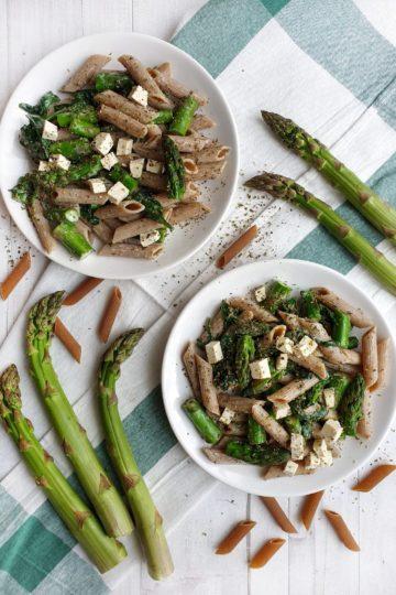 Makaron ze szpinakiem, szparagami i tofu