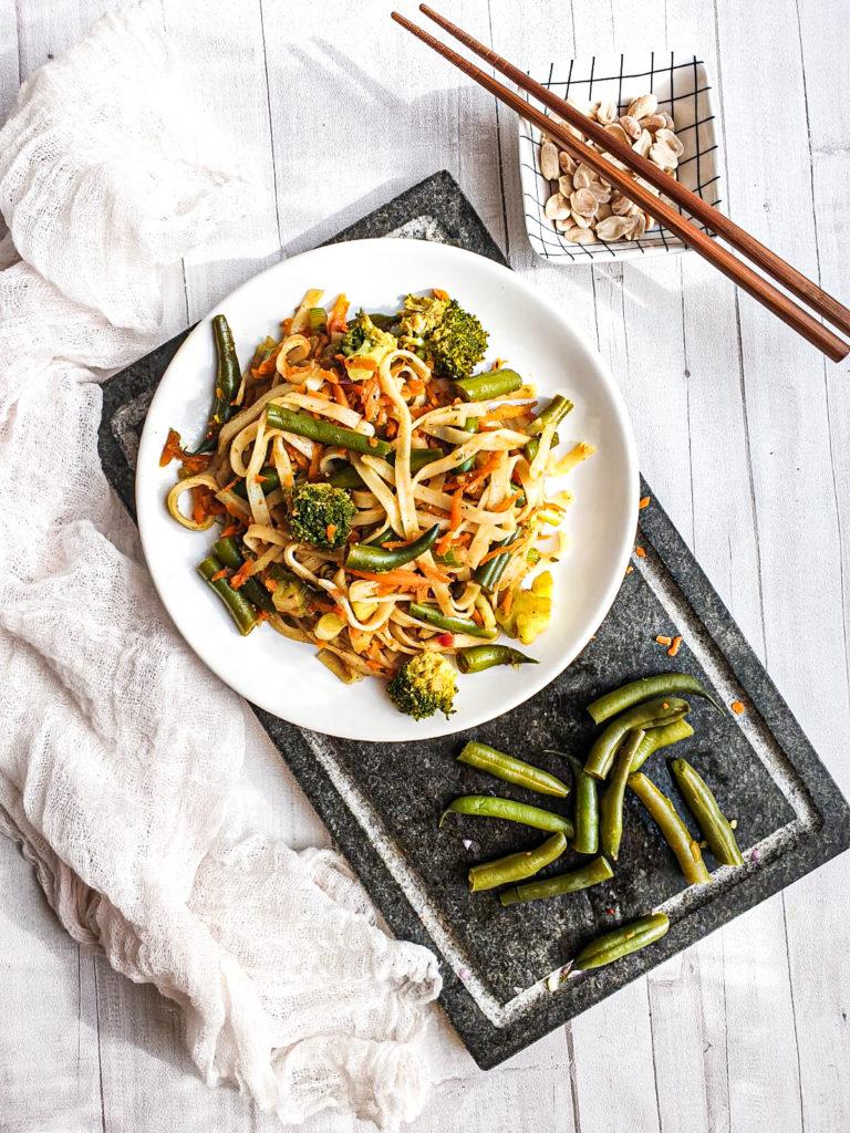Makaron ryżowy z warzywami w azjatyckim stylu
