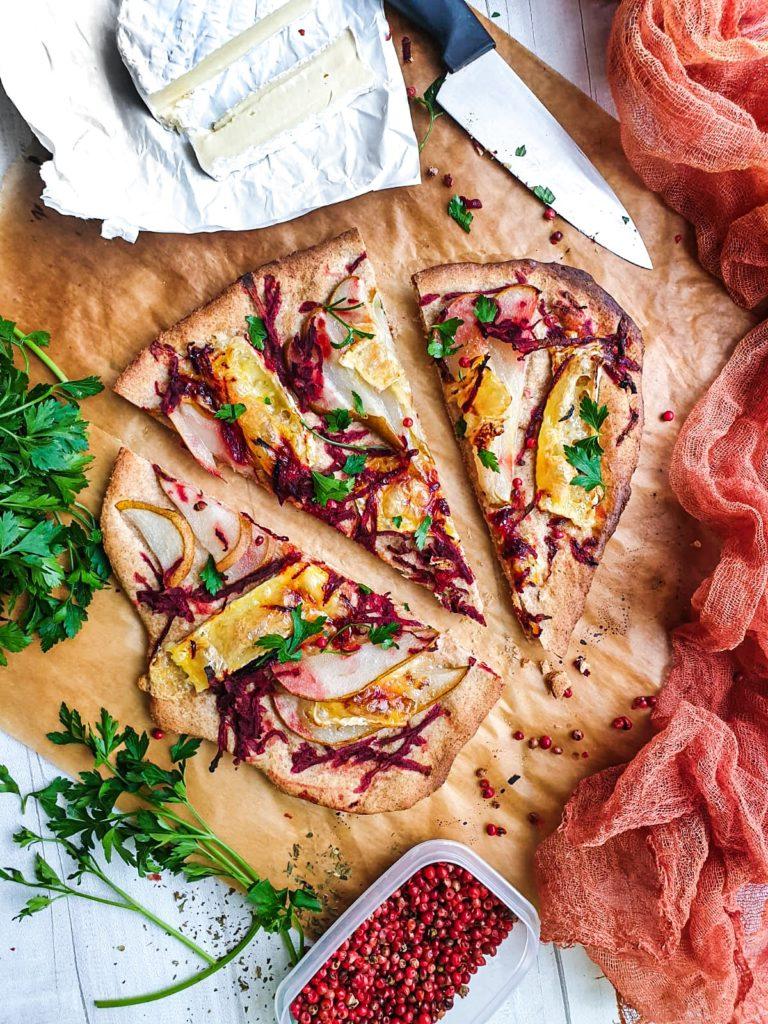 Flatbread z gruszka, serem camembert i buraczkiem