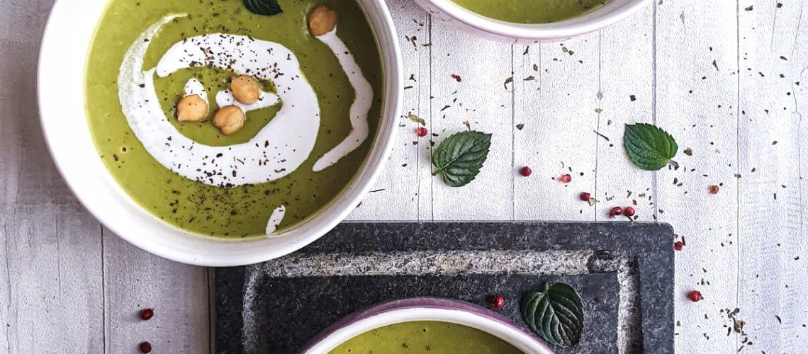 Zupa krem z zielonego groszku ze śmietanką kokosową