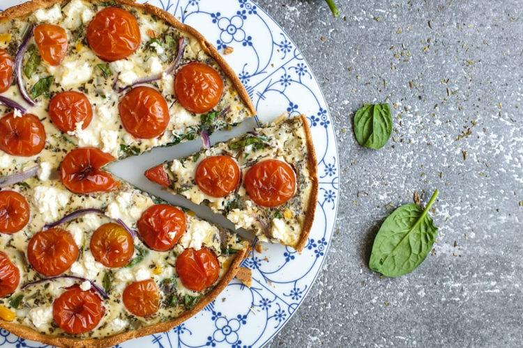 Tarta ze szpinakiem, pomidorkami i serem feta