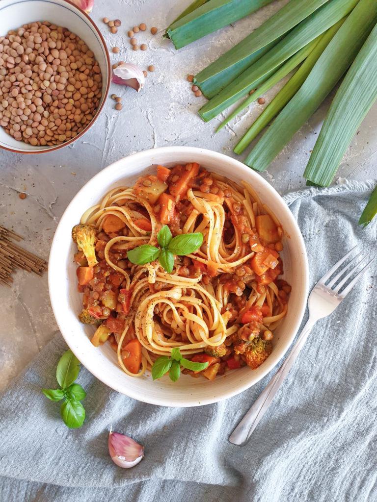 Makaron z wegańskim sosem z zieloną soczewicą