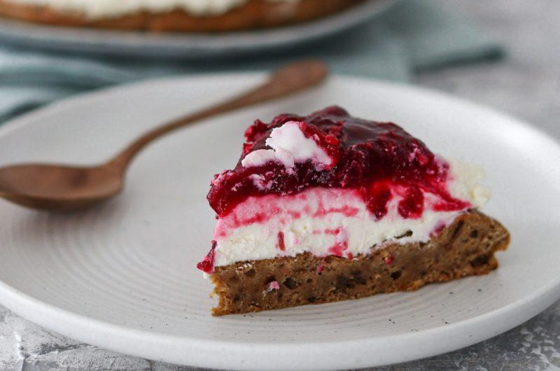 Ciasto daktylowe z kremem i wiśniowym musem